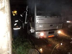 Caminhão estava estacionado no pátio da empresa (Foto: Corpo de Bombeiros de Laguna/Divulgação)