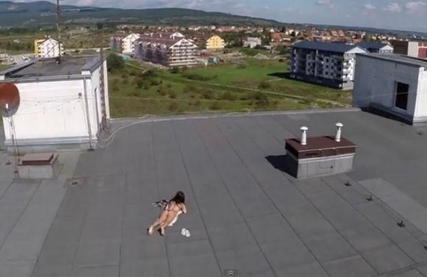 Drone filmou sem querer mulher de topless tomando banho de sol (Foto: Reprodução/YouTube/ViralHog)