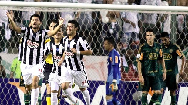 Pedro Benitez comemora o segundo gol do Libertad contra o Palmeiras (Foto: Reuters)