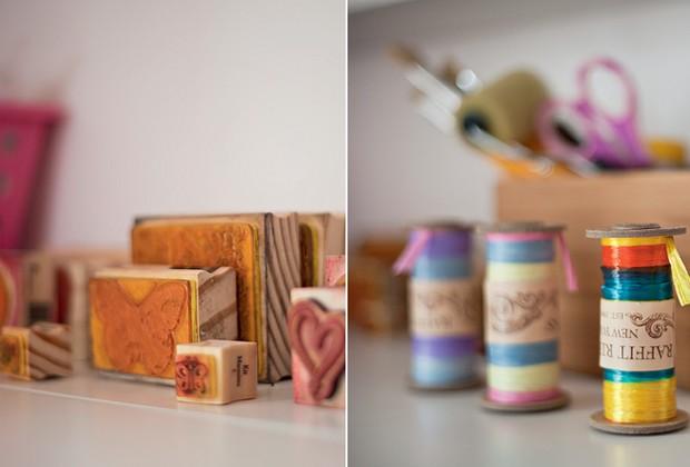 Nas prateleiras, Andréa acumula os acessórios necessários para enfeitar seus álbuns de fotografia. São fitas coloridas, pincéis, tintas, adesivos e carimbos (Foto: Pedro Abude)