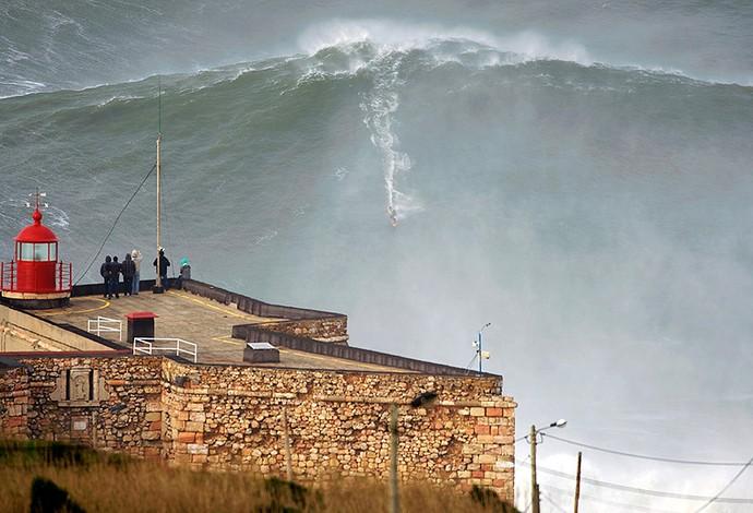 Garrett McNamara surfa onda gigante em Portugal (Foto: Reprodução / Desporto Público)