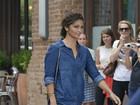 Look do dia: Camila Alves aposta em jeans total e cabelos naturais