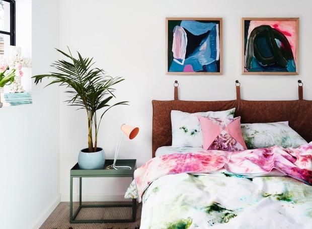 Revestida de couro vintage, a cabeceira deste quarto em Victoria, na Austrália, da Heatherly Design, ganha ineditismo pelas alças presas em parafusos na parede (Foto: Armelle Habib / Living Inside)