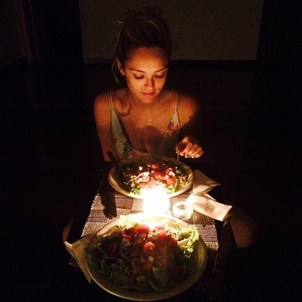 Isabelle Drummond em jantar a dois (Foto: Instagram/ Reprodução)