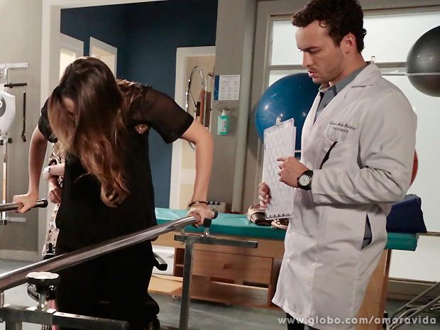 Ela logo trata de começar os exercícios também... (Foto: Felipe Monteiro / TV Globo)