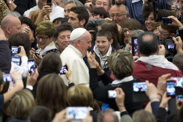 O Papa Francisco é recebido por trabalhadores de fábricas em audiência especial realizada no Vaticano nesta quinta-feira (20) (Foto: Andrew Medichini/AP)