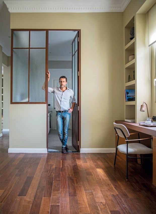 Escritório. Com estante de gesso acartonado, o espaço de trabalho da casa tem apoio de MDF revestido de Formica no tom corten. Poltrona Delgado, da Lider Interiores (Foto: Sambacine)
