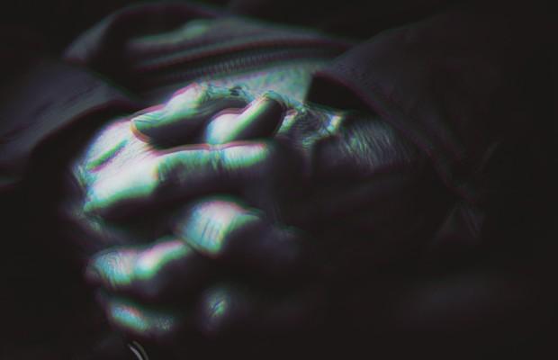 CONTENÇÃO Tremor das mãos de um doente  de Parkinson.  Ele é constante,  um sintoma clássico da doença (Foto: Getty Images)