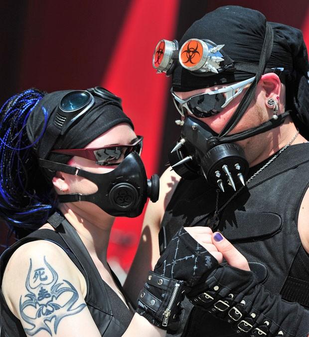Casal participa do festival gótico em Leipzig (Foto: Hendrik Schmidt/AFP)