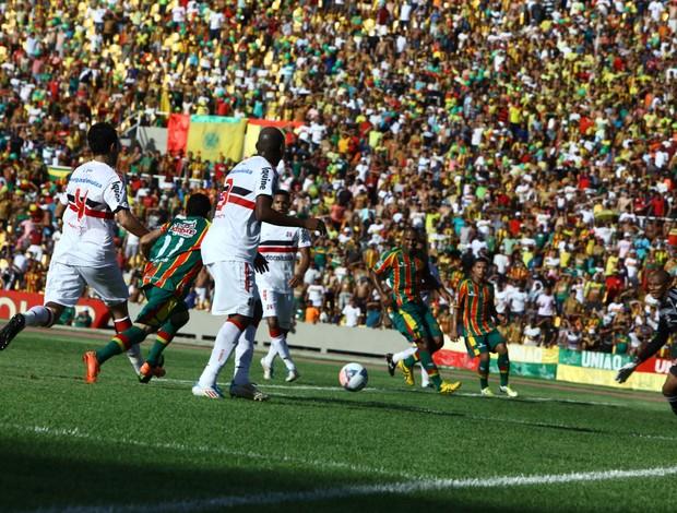 Sampaio e Santa Cruz jogam no Estádio Castelão (MA) (Foto: Biné Morais/O Estado)