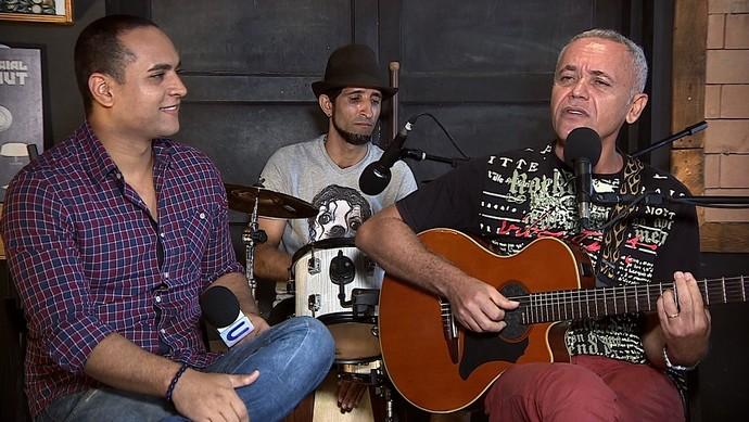 Apresentador Menilson Filho entrevista Zé Manoel no 'Levando um Som' (Foto: TV Sergipe)