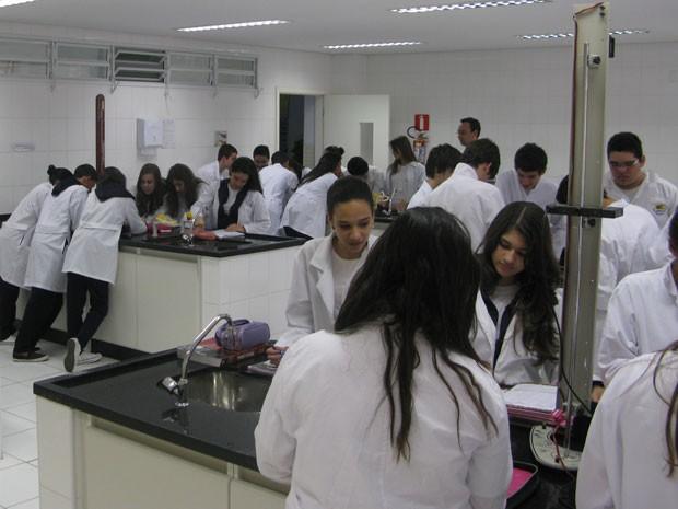 Alunos que hoje cursam o 1º ano do Ensino Médio são a primeira turma da série na escola (Foto: Nathália Duarte/G1)