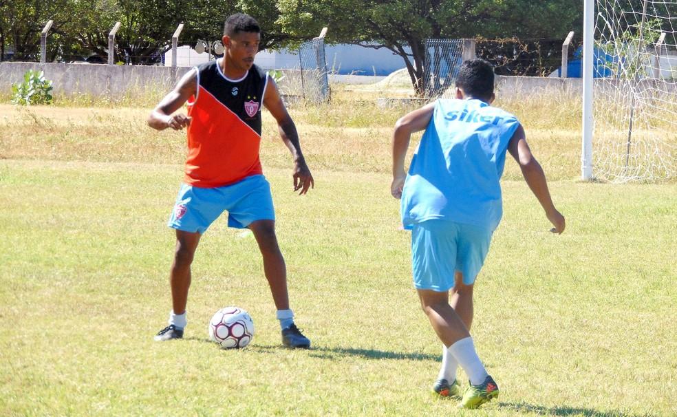 Gustavo (com a bola) é o novo atacante do Potiguar de Mossoró (Foto: Marcelo Diaz/Divulgação)