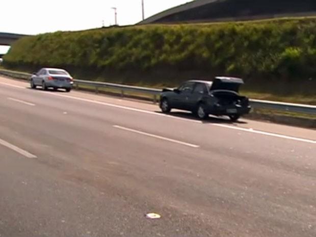 Dois dos carros envolvidos em acidente na Anhanguera (Foto: Reprodução/TV Globo)