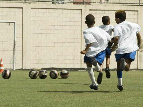Crianças jogando futebol na sede do Instituto Bola pra Frente (Foto: Divulgação)