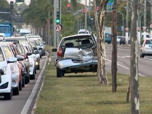 Carro foi empurrado a mais de cem metros do local da batida (Foto: Reprodução/ TV Gazeta)