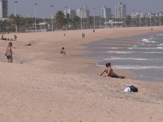 Praia de Camburi foi opção para fugir do calor em Vitória (Foto: Felipe Pacheco/ Curso de Residência)