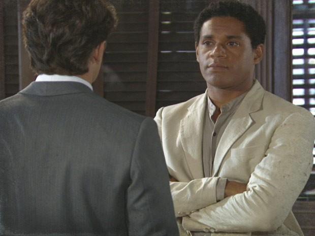 Chico parece acreditar (Foto: Lado a Lado/TV Globo)