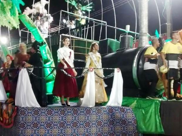 Convidados de Criciúma desfilam na Passarela Nego Quirido (Foto: Cristiano Anunciação/ G1)