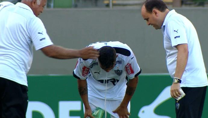 Carlos, atacante do Atlético-MG, vomita em campo antes do início do segundo tempo (Foto: Reprodução / TV Globo Minas)