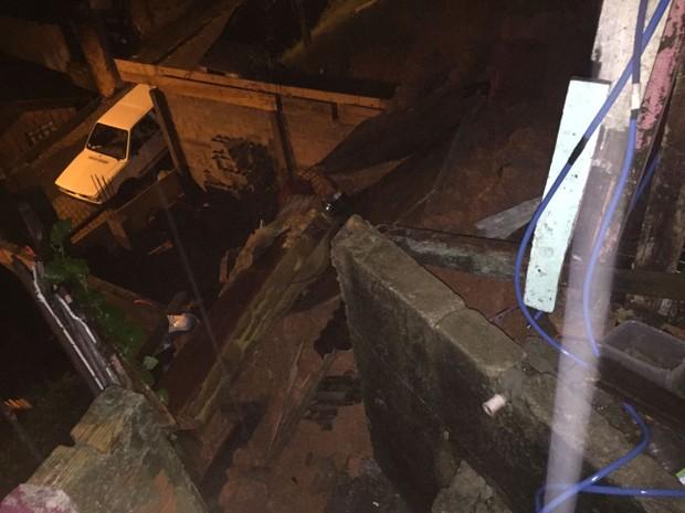 Deslizamento de terra fez muro desabar em São José (Foto: Corpo de Bombeiros/Divulgação)