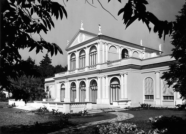 Vista posterior do Solar Fábio Prado, em foto tirada do lado direito do jardim  (Foto: Acervo Museu da Casa Brasileira)