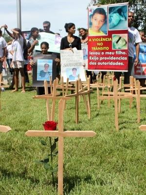 Famíliares de Vítimas realizam manifesto no centro de Porto Velho (Foto: Vanessa Vasconcelos/G1)