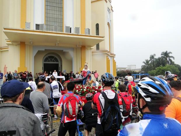 Ciclistas pedem paz no trânsito e proteção de Nossa Senhora do Caravaggio (Foto: Margô Segat/Divulgação)