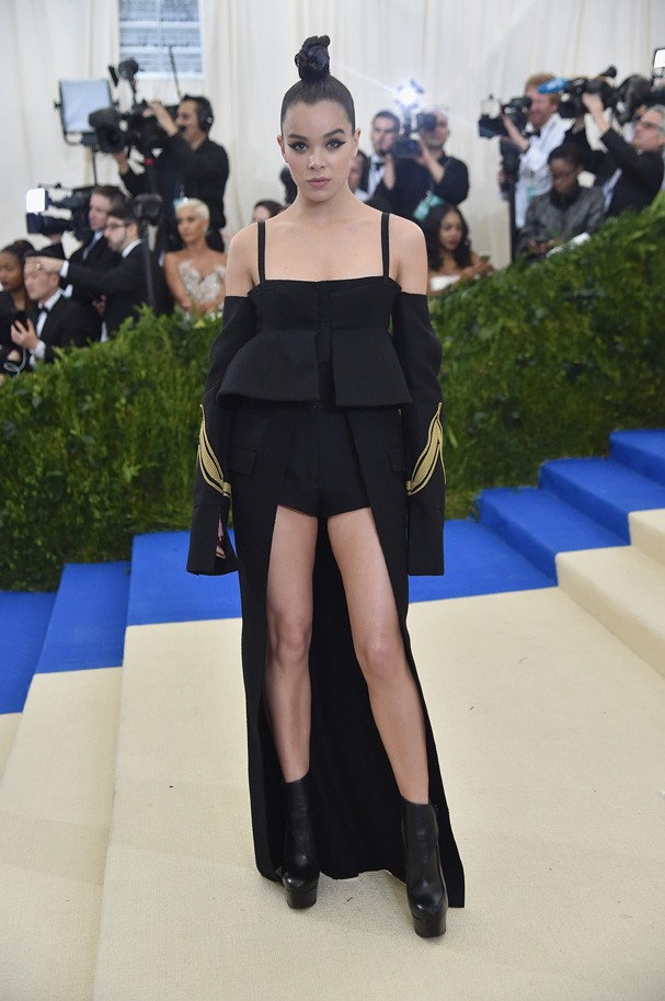 """NEW YORK, NY - MAY 01:  Hailee Steinfeld attends the """"Rei Kawakubo/Comme des Garcons: Art Of The In-Between"""" Costume Institute Gala at Metropolitan Museum of Art on May 1, 2017 in New York City.  (Photo by Theo Wargo/Getty Images For US Weekly) (Foto: Getty Images For US Weekly)"""