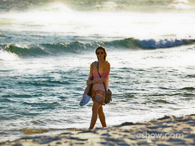 Bruna caminha com os pés na água em cena de Em Família (Foto: Inácio Moraes/ TV Globo)