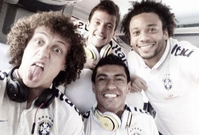 David Luiz posa para selfie com careta ao lado de Paulinho & Cia (Foto: Reprodução/Instagram)