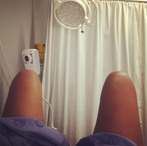 Amber ainda publicou fotos do momento em que esperava para ser examinada no hospital (Foto: Reprodução Instagram)