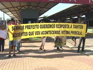Amigos de jovem atingida por roda fecharam o terminal em protesto (Foto: Reprodução TV Acre)
