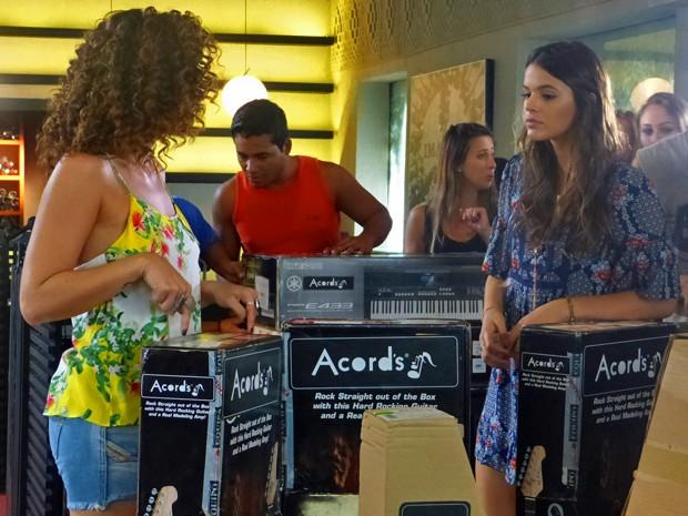 Luiza tenta se manter longe de Laerte (Foto: Em Família/ TV Globo)
