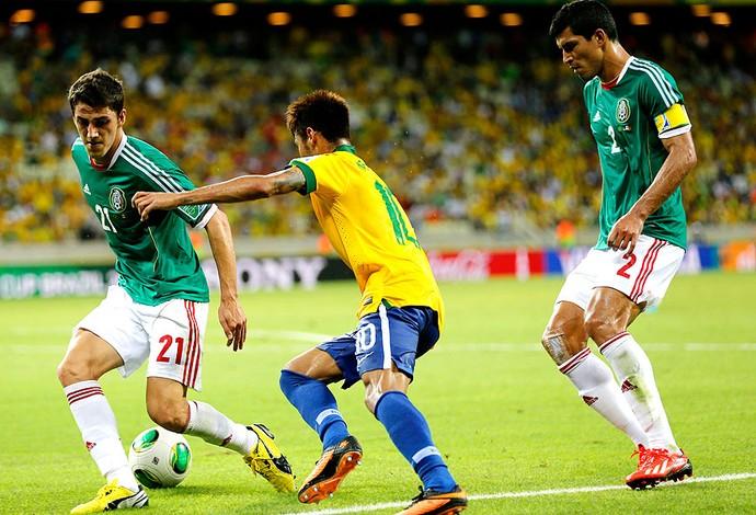 Neymar drible Brasil México (Foto: AP)
