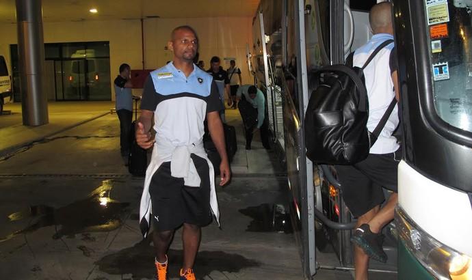 Jefferson Botafogo desembarque Manaus (Foto: Gustavo Rotstein)
