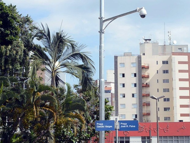 Câmeras de segurança são instaladas em Varginha. (Foto: Tiago Campos / G1)