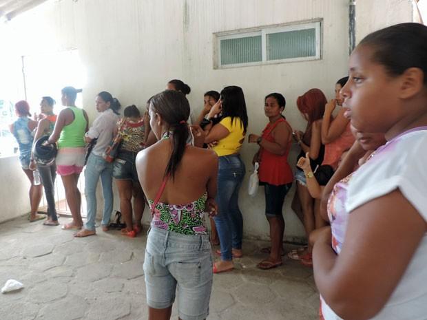 Presídio tem fila para pegar fichas para visitas nesta quarta (Foto: Marina Barbosa/G1)