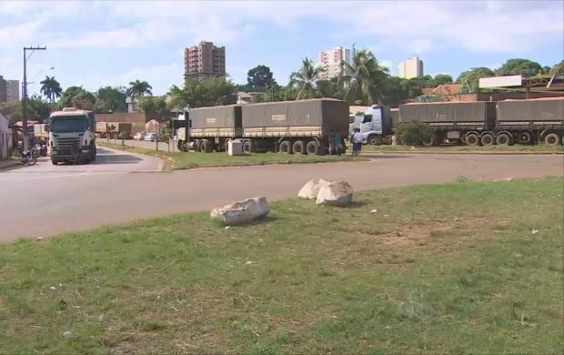 Fila de caminhões se formou até a avenida Farquhar (Foto: Rondônia TV)