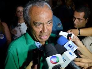 João Alves Filho fala com a imprensa após a vitória (Foto: Flávio Antunes/G1 SE)