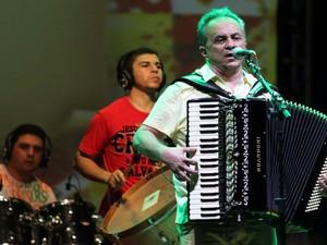 Flávio José animou a noite de Cabedelo, na abertura do Forró Fest (Foto: Francisco França/Jornal da Paraíba)