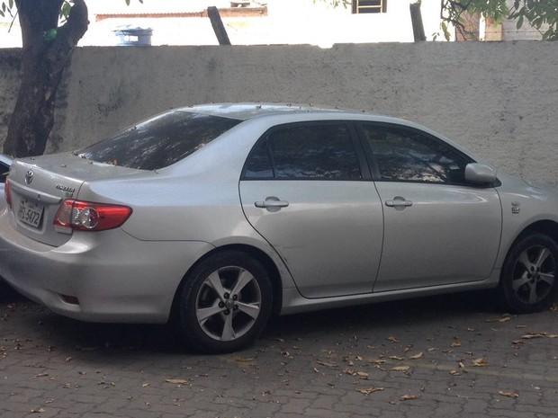 Veículo foi levado para a Central de Plantões (Foto: Ana Regina/TV Globo)