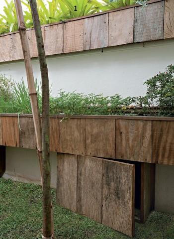 O muro de 4 m de extensão, que separa o jardim da casa vizinha, ganhou pequenas caixas de madeira de demolição, de 25 x 20 cm, com bromélias (1). Na parte inferior, um canteiro, de 25 x 35 cm, acomoda temperos. Todas as plantas foram cultivadas em caixas (Foto: Pedro Abude)
