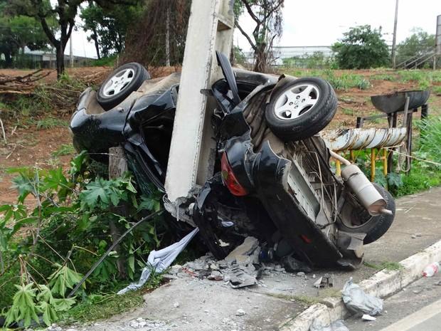 Veículo passou por cima de calçada e atingiu poste (Foto: Darley Lopes/Kinoitada/Divulgação)