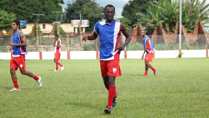 Innocent Olibrice, haitiano, jogador do Rio Branco-AC, durante treino (Foto: Natan Peres)