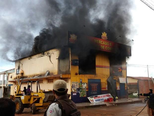 Fogo atingiu prédio na manhã desta terça-feira (14) (Foto: Fernandez Fernandes/ Blog Sigi Vilares)
