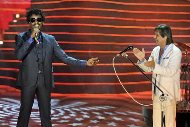 """Seu Jorge canta com o Rei as músicas """"As Curvas da Estrada de Santos"""" e """"Amiga da Minha Mulher"""" (Foto: Estevam Avellar/Rede Globo)"""