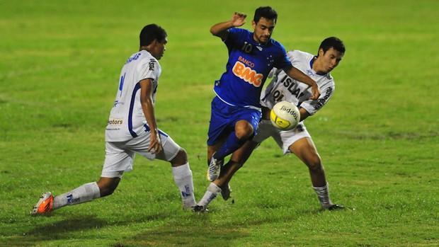 Daniel, do Cruzeiro, passa pela zaga do São José Copa São Paulo (Foto: Claudio Capucho/ Divulgação PMSJC)