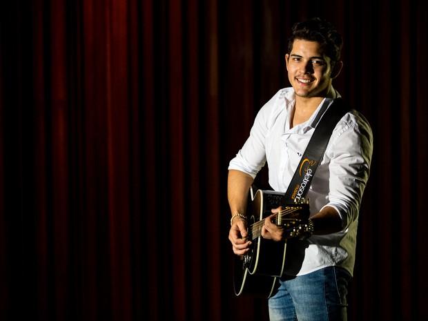 """Matheus Borba estourou com hit """"100% solteiro"""" em Alagoas (Foto: Jonathan Lins/G1)"""