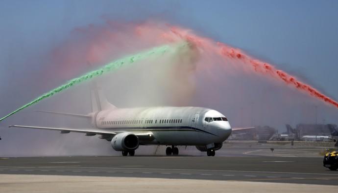 Avião de Portugal ganha banho, tradicional em celebrações (Foto: REUTERS/Rafael Marchante)